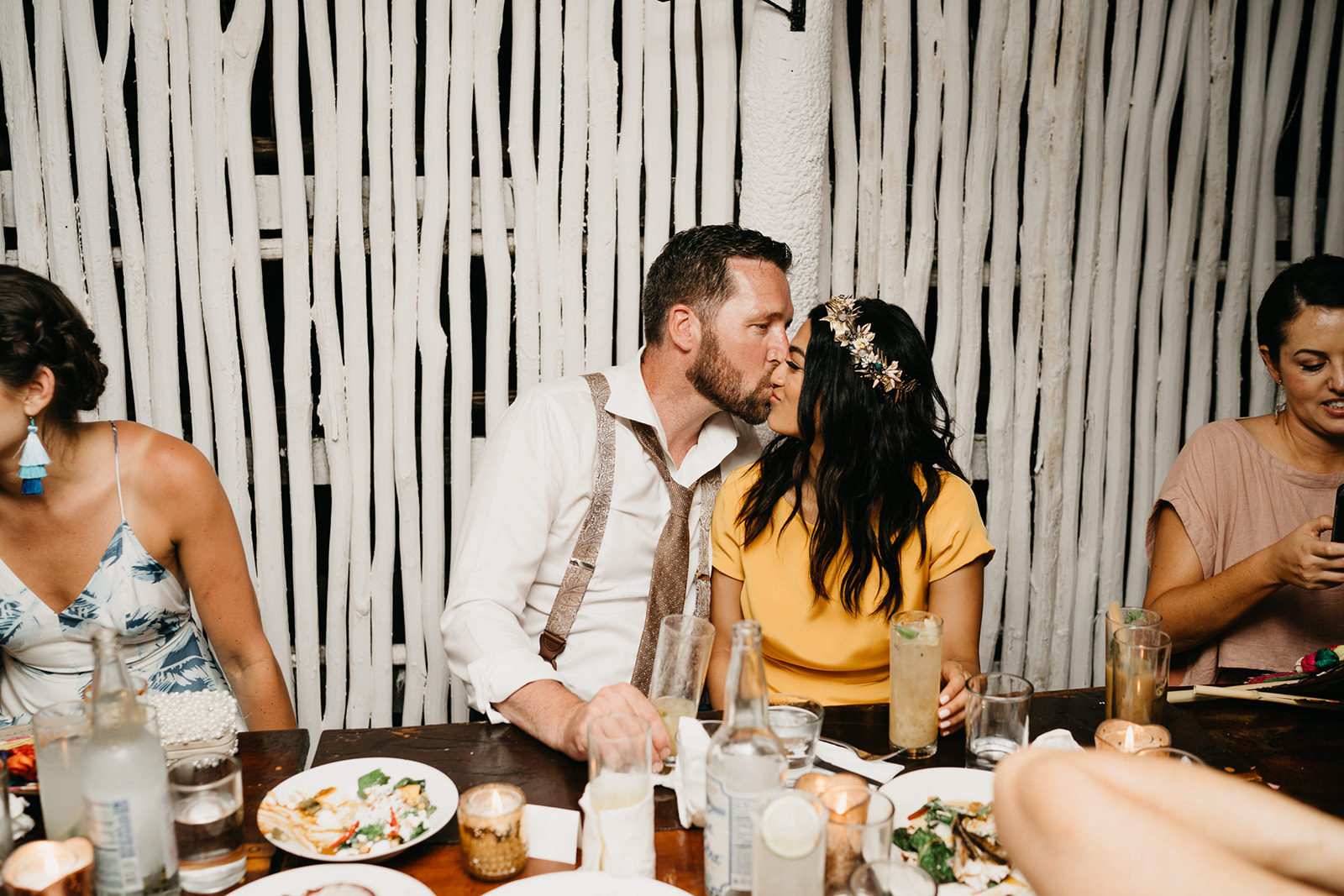 Boda alternativa en Tulum vestido de novia amarillo
