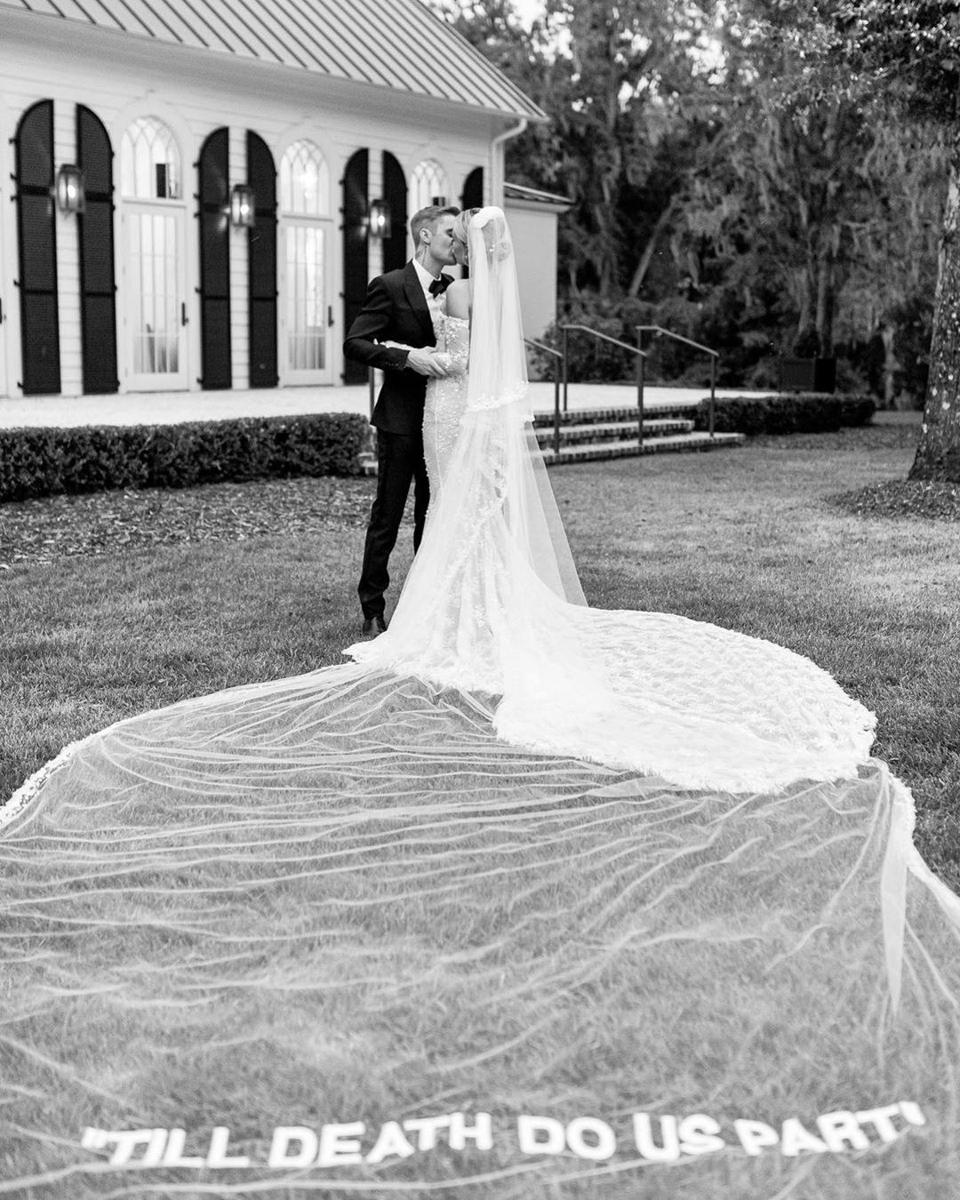 El vestido de novia de Hailey Bieber diseñado por Virgil Abloh